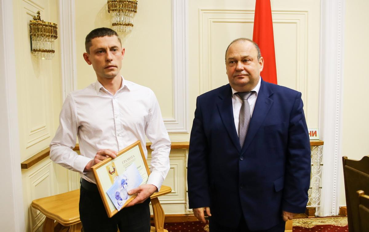 Максим Миранков (слева) и Юрий Громаковский на церемонии награждения в Барановичском горисполкоме. Фото: Татьяна МАЛЕЖ