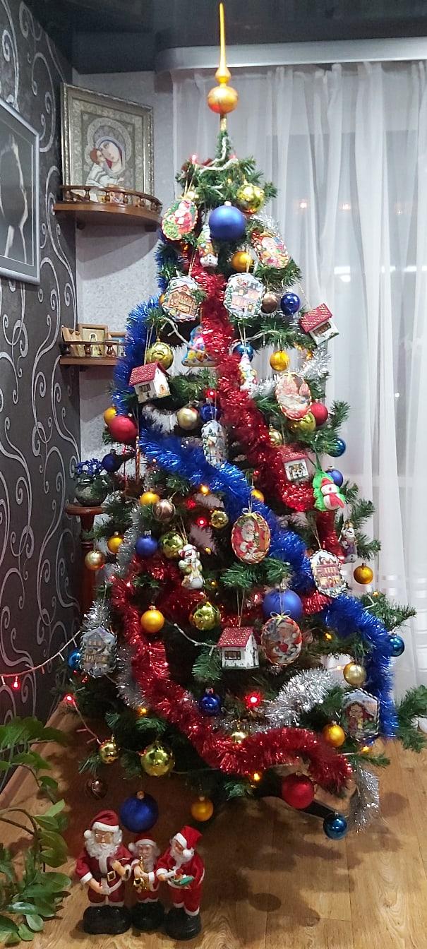 Вышитые игрушки на елке. Фото: Оксана Давидович