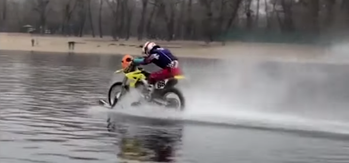 Украинский каскадер проехал на мотоцикле по Днепру 5 километров и установил рекорд. Видеофакт