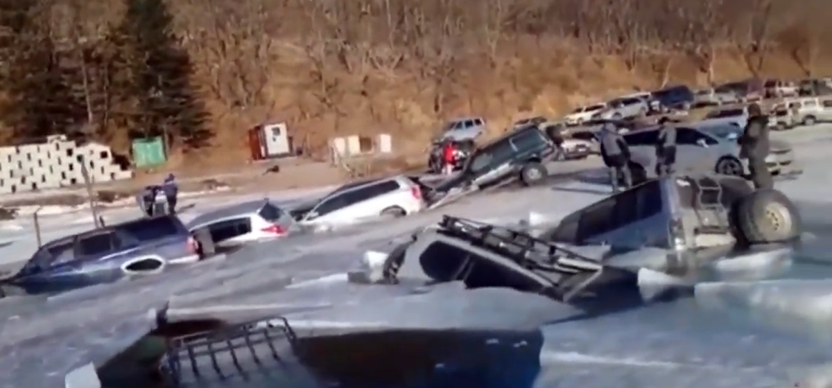 Более 30 автомобилей провалились под лед в российском городе. Видео