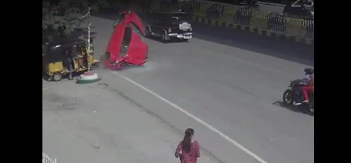 ТОП-5 ужасных аварий: водитель везунчик, велосипедист против фуры и лихач влетел в остановку (видео 18+)