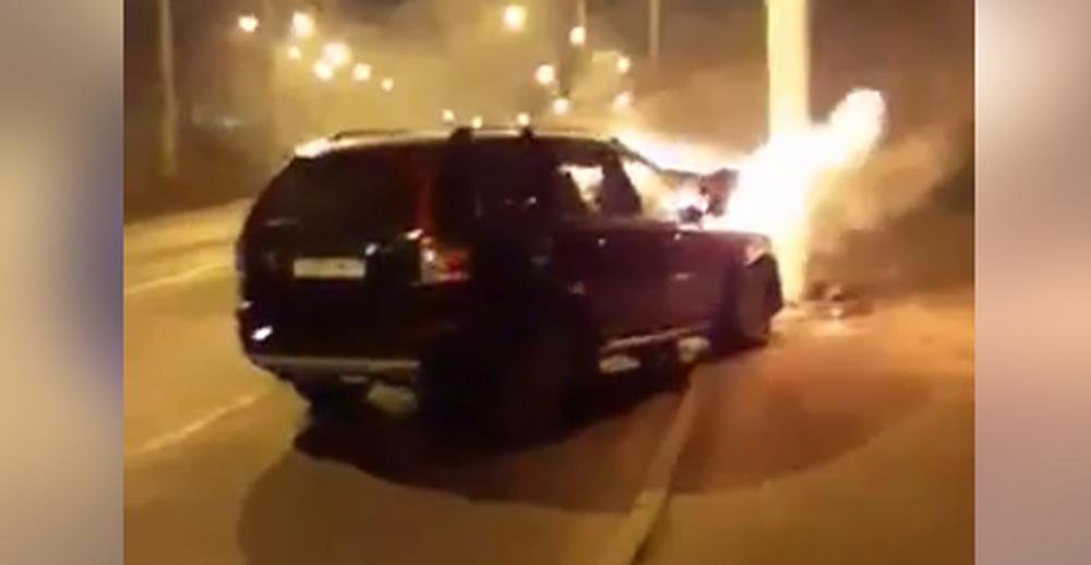 В Минске пьяный водитель на «Вольво» влетел в фонарь, после чего машина загорелась. Видеофакт