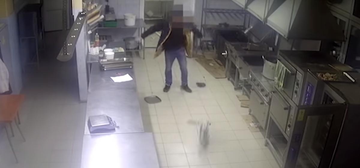 Пьяный студент в Витебске повредил несколько машин и разгромил ресторан. Видеофакт