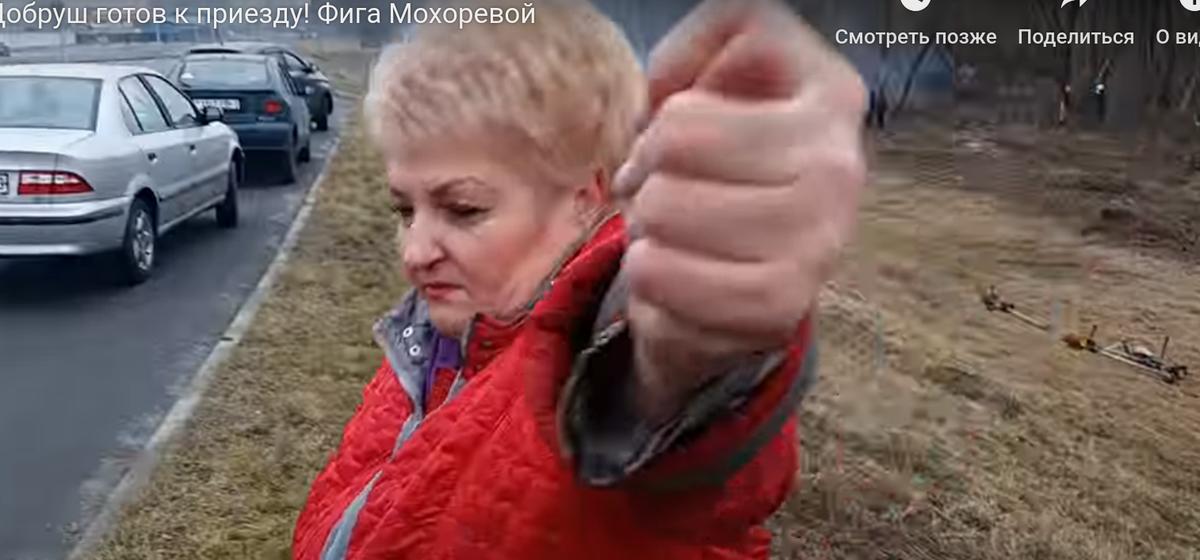К приезду Лукашенко в январе косят траву в Добруше. А «мэр» скрутила блогеру фигу