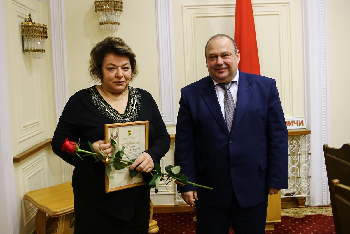 Татьяна Немкевич с председателем горисполкома Юрием Громаковским. Фото: Татьяна МАЛЕЖ