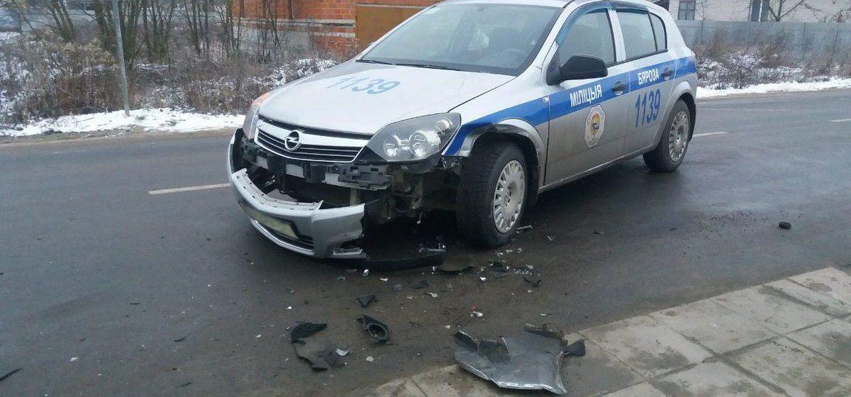 Автомобиль ГАИ столкнулся с легковушкой в Березе. Фотофакт