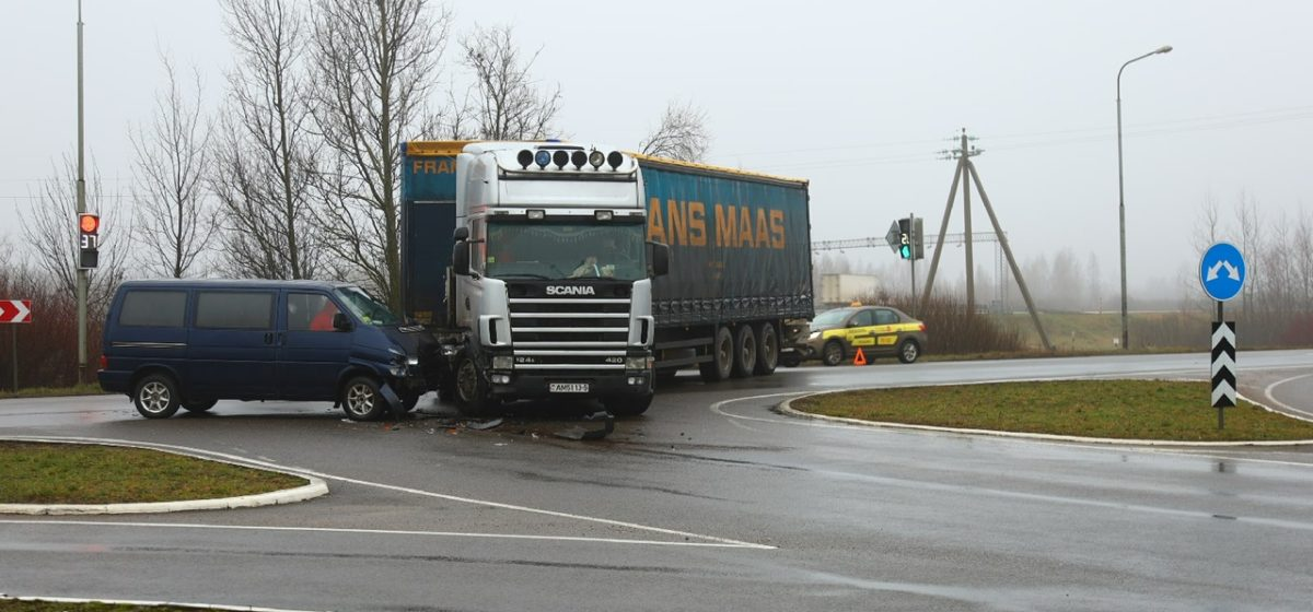 Фура и микроавтобус столкнулись в Барановичах. Фото