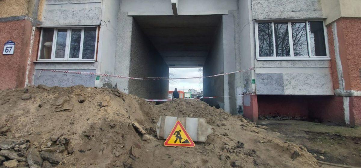 В Борисове велосипедист ночью упал в яму во дворе дома и погиб