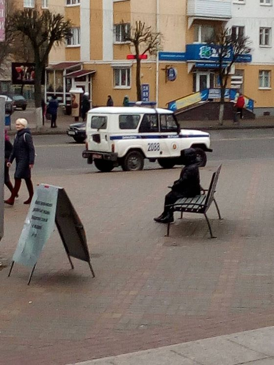 Автомобиль милиции у здания кинотеатра «Октябрь», 13 января 2020 года. Фото: читатель Intex-press