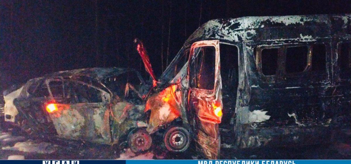 Подросток и мужчина погибли после столкновения буса и легковушки под Могилевом. Обе машины сгорели
