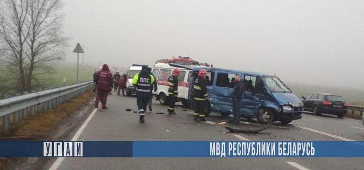 Под Жабинкой Ford влетел в Volkswagen, который разворачивался через двойную сплошную — пострадали три человека