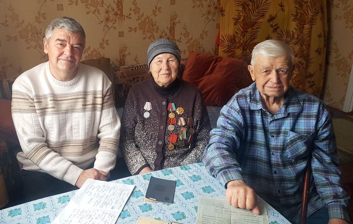 Виктор Иванович (справа), Ольга Андреевна и выпускник Иван Черник.