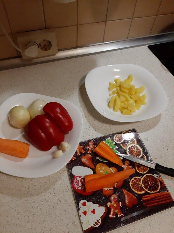 Режем овощи. Картофель, морковь и перец - кубиками, лук - полукольцами. чеснок измельчаем. Фото: Анна РОМАНОВА-КОЛОСОВСКАЯ