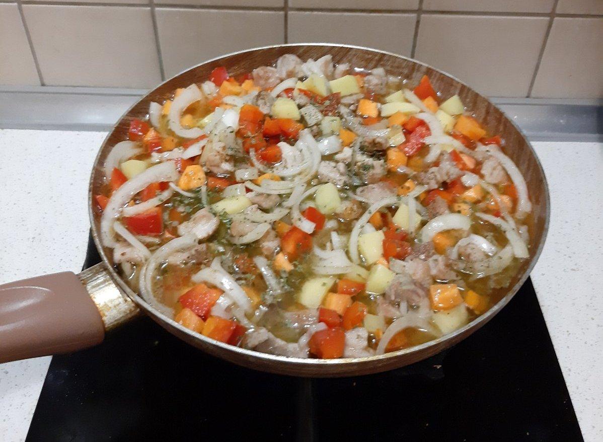 Когда мясо обжарилось, добавляем к нему овощи, специи, травы, соль по вкусу и воду. Тушим до готовности. Фото: Анна РОМАНОВА-КОЛОСОВСКАЯ
