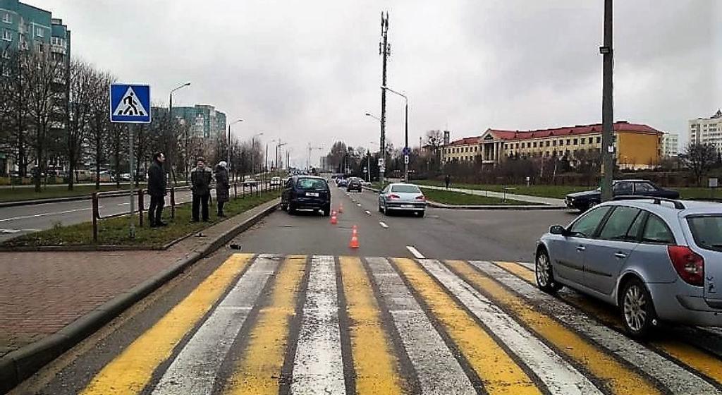 Легковушка сбила двух школьников на пешеходном переходе в Гродно. Момент ДТП попал на видео
