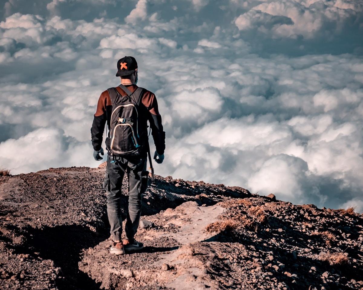 Максим Булаш на вершине вулкана Агунг. Фото: архив Максима БУЛАША