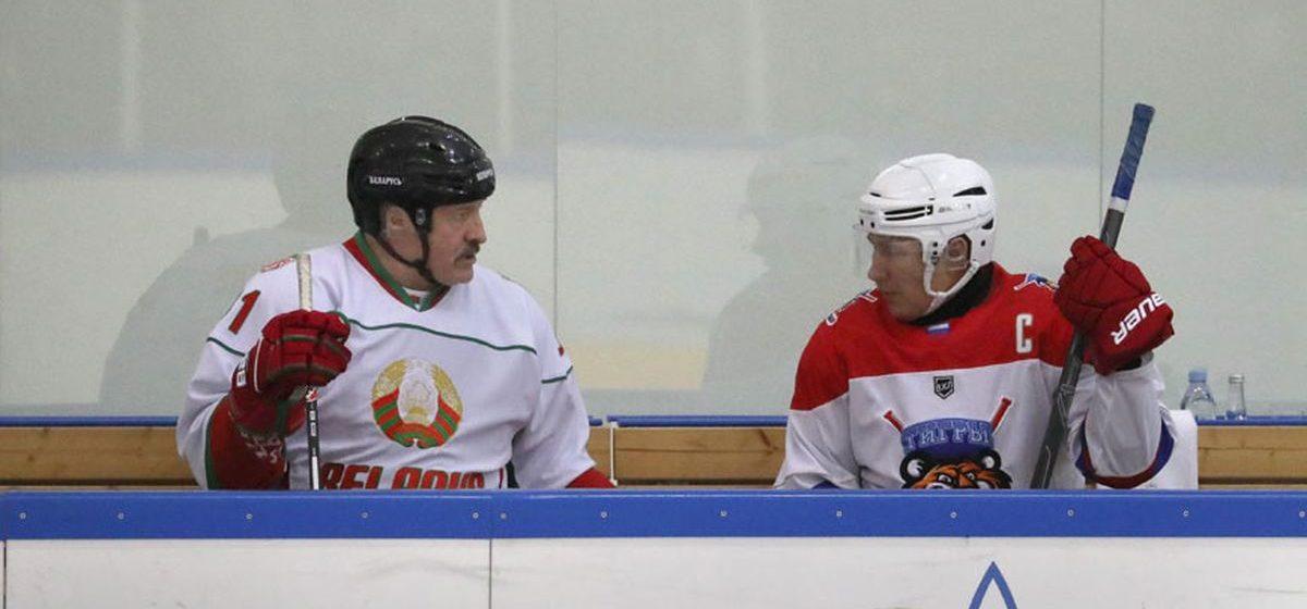 Путин и Лукашенко после переговоров в Сочи решили сыграть в хоккей. Видеофакт