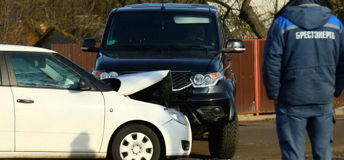 После аварии в Барановичах девушку-водителя увезла скорая помощь