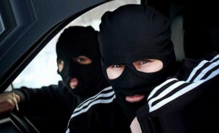 «Привет от таджиков». В Молодечно двое парней зашли в магазин и, распылив газ, ограбили своего знакомого. Видео