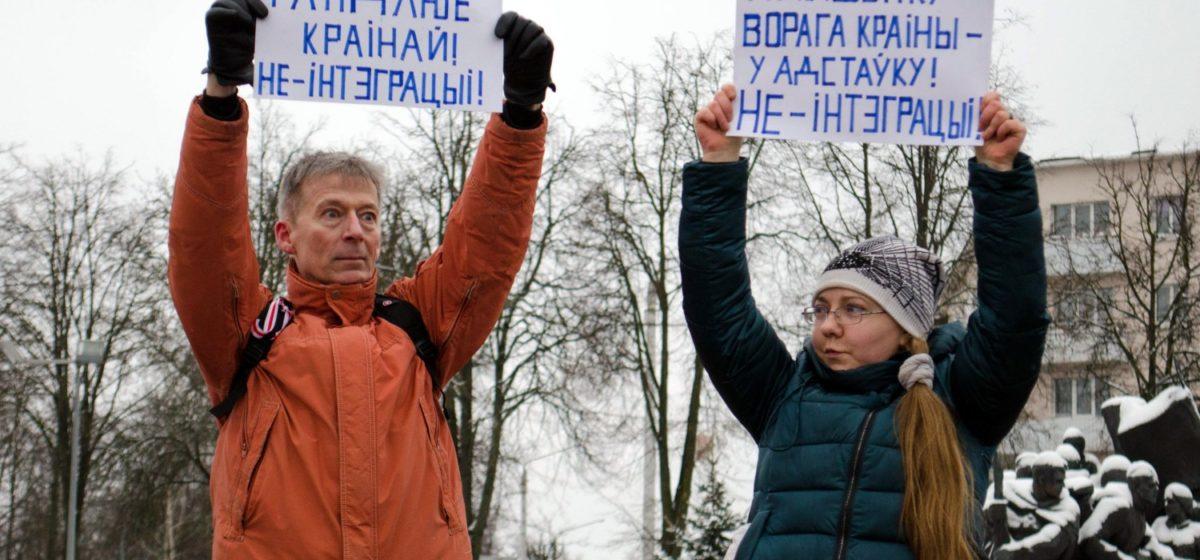 Витебский блогер высыпал судье под ноги ведро с костями за штраф за акцию против интеграции