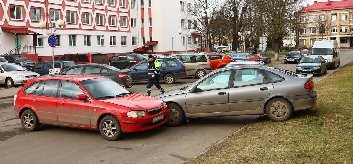 «Спешила покормить ребенка». В Барановичах «Мазда» выехала с парковки и вытолкнула «Рено» на газон