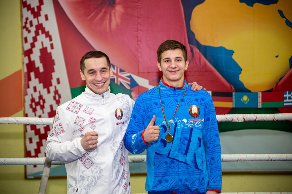 Андрей Викторович (справа) – чемпион первенства Беларуси по боксу 2020 года и его тренер Дмит- рий Милюша. Фото: Андрей БОЛКО