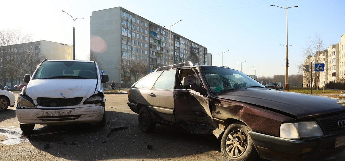 Два авто столкнулись в Барановичах. Пассажирку одного из них увезла «скорая»