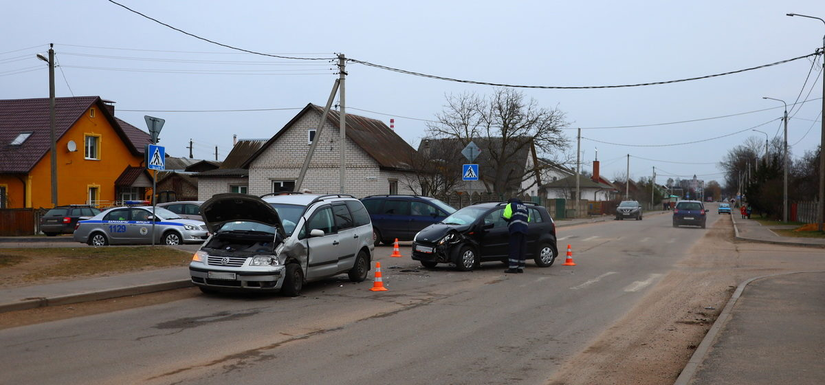 В ДТП в Барановичах от удара одну из машин развернуло. Фотофакт