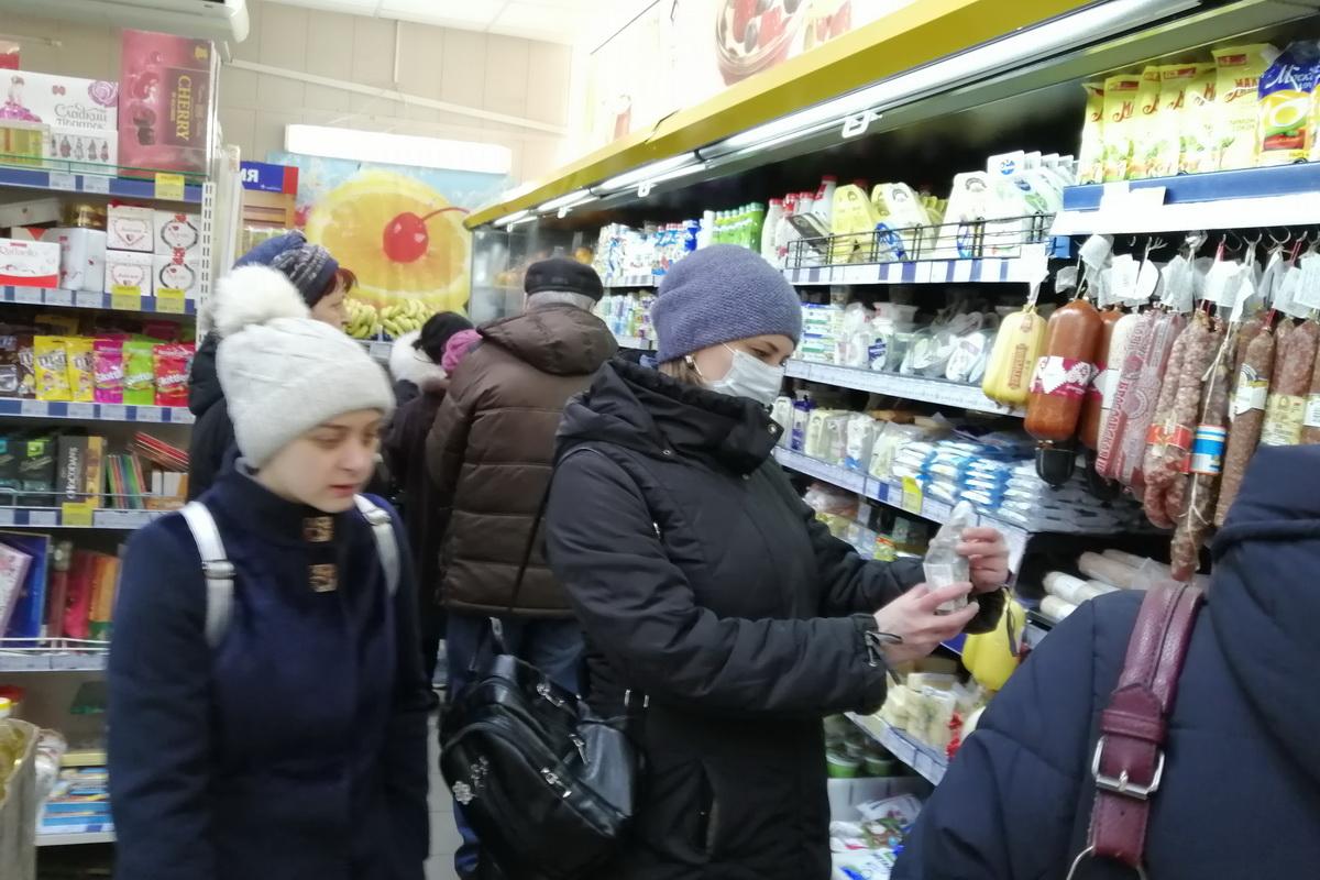 В продовольственном магазине. Фото: Андрей БОЛКО
