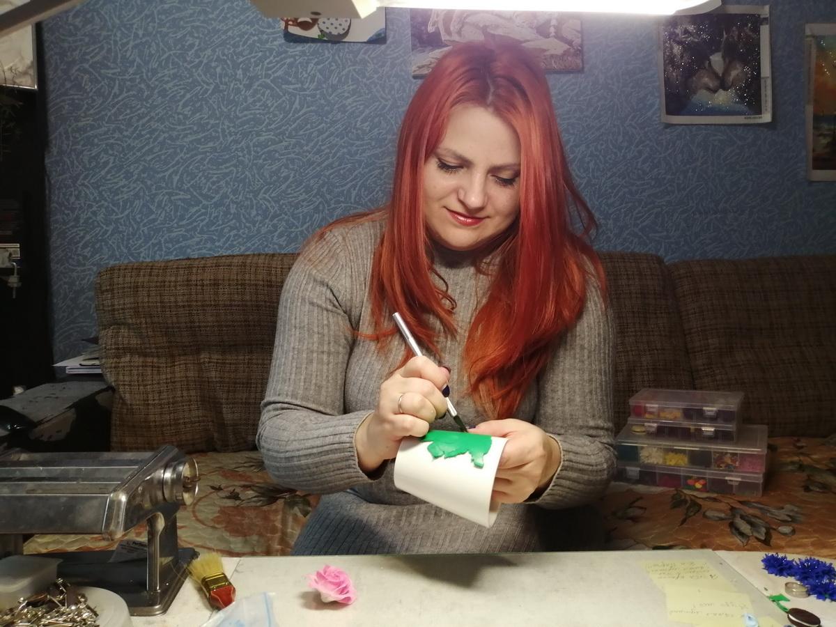 По словам Светланы Бут-Гусаим, несколько лет назад были популярны глиняные серьги, броши и кулоны, а сейчас в моде необычные кружки. Фото: Евгений ТИХАНОВИЧ