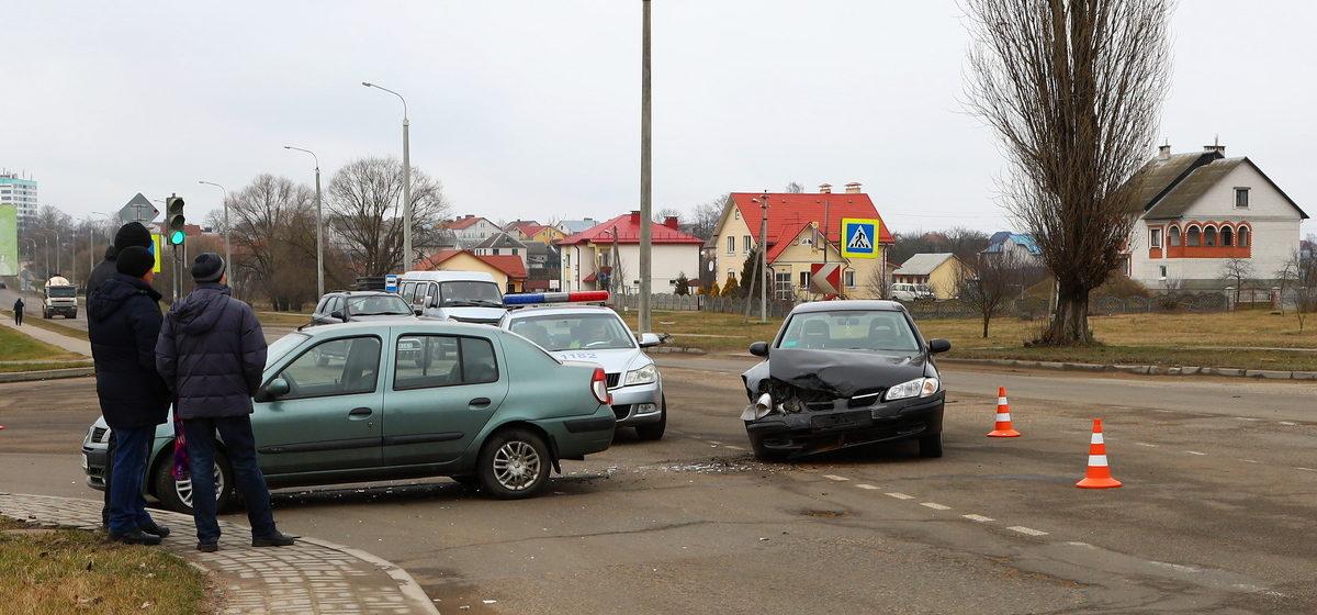 «Рено» и «Ниссан» столкнулись в Барановичах. Фотофакт