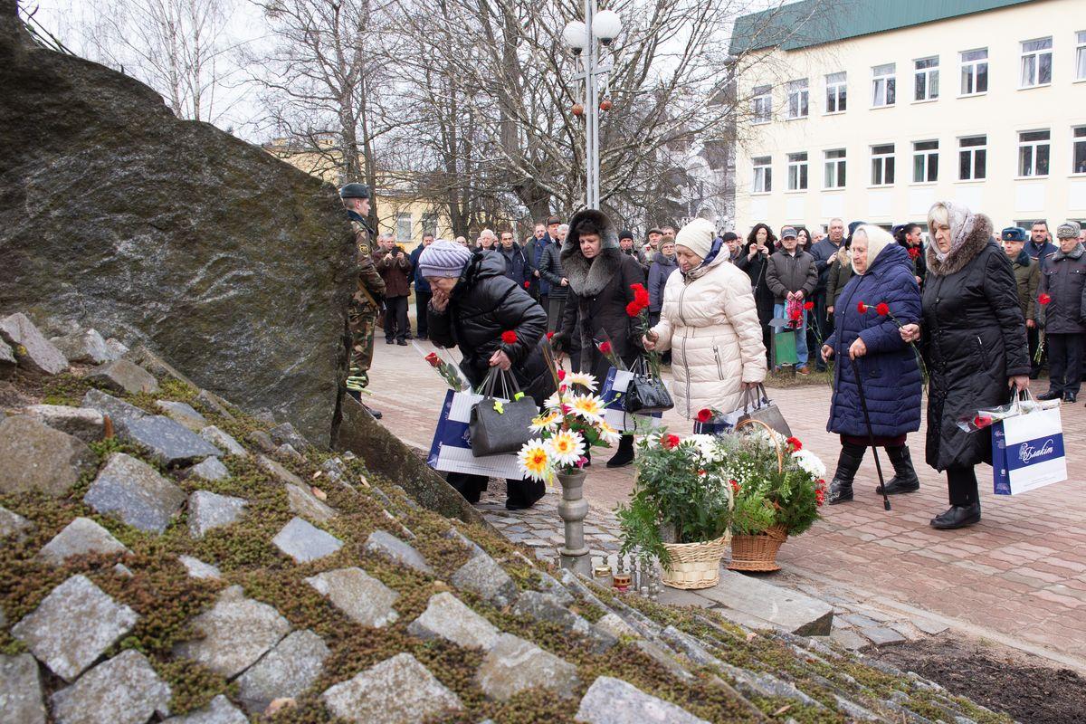 Матери погибших солдат в Афганистане у памятника воинам-интернационалистам в Барановичах.  Фото: Ольга ГУТОВСКАЯ
