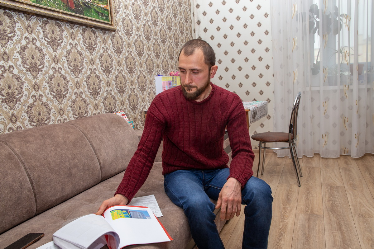 За время борьбы за свои права Дмитрий Банит собрал большую  папку документов.   Фото: Андрей БОЛКО