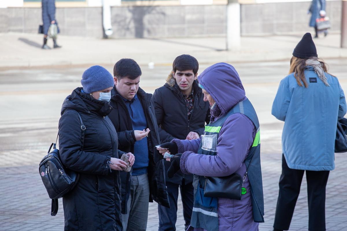 Покупка талонов на улице. Фото: Андрей БОЛКО
