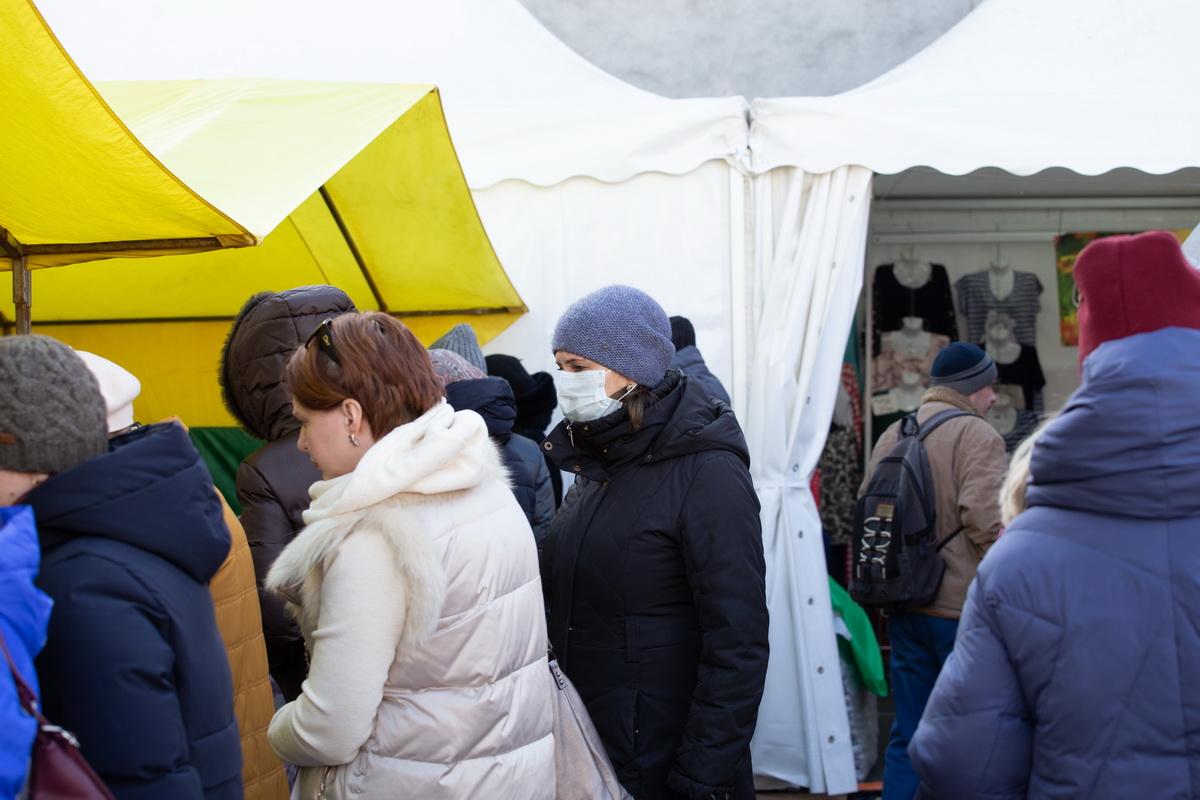 Среди покупателей у торговых палаток. Фото: Андрей БОЛКО