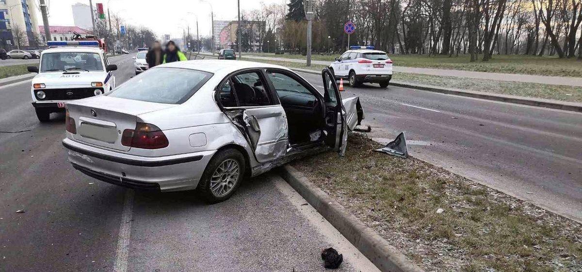 Водитель BMW снес 11 дорожных пролетов и 4 знака на проспекте в Бресте
