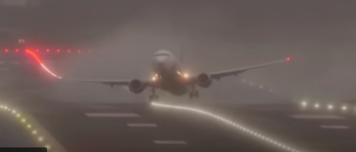 Ураган «Киара» разворачивал пассажирские самолеты боком при взлете и посадке. Видеофакт