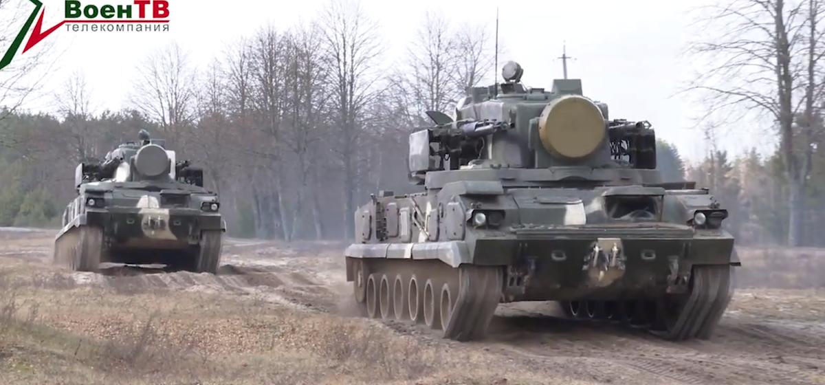 Как стреляет комплекс «Тунгуска». Эффектная тренировка белорусских зенитчиков на полигоне «Доманово» попала на видео