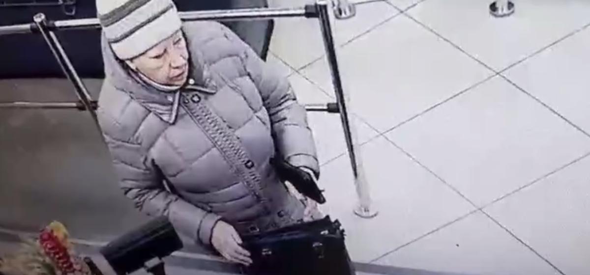 Барановичская милиция разыскивает женщину, которую подозревают в хищении кошелька в одном из магазинов города. Видео