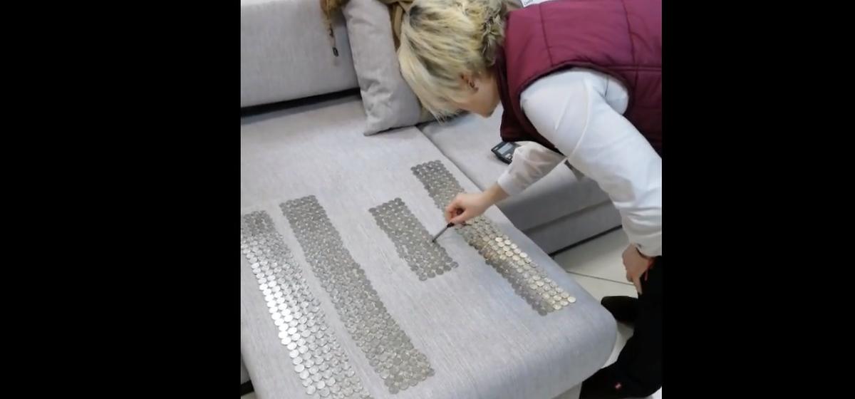 В Ивацевичах мужчина купил диван за 3,3 килограмма монет. Видеофакт