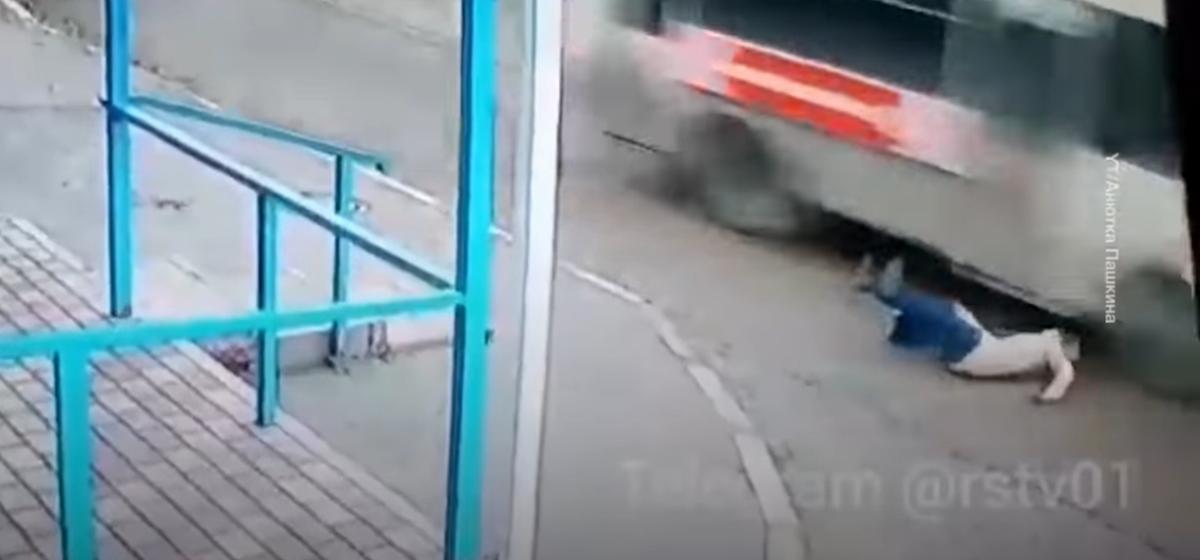 Девушка споткнулась и упала на дорогу, по которой несся автобус. Вот как ей удалось выжить. Видео