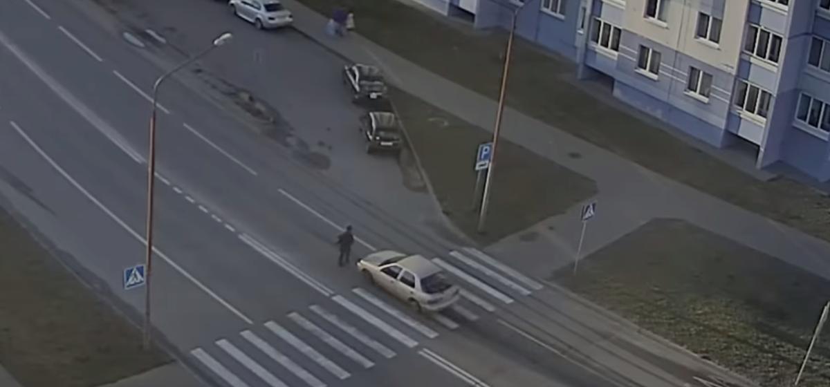Страшное видео аварии в Бресте — легковушка на большой скорости сбила женщину на пешеходном переходе