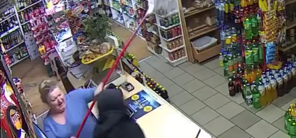 В Польше продавщица со шваброй смогла отбиться от вооруженного грабителя. Видео