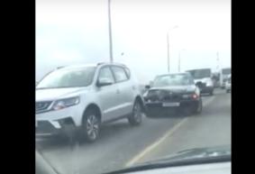 Из-за аварии на путепроводе в Барановичах образовалась огромная пробка. Видеофакт
