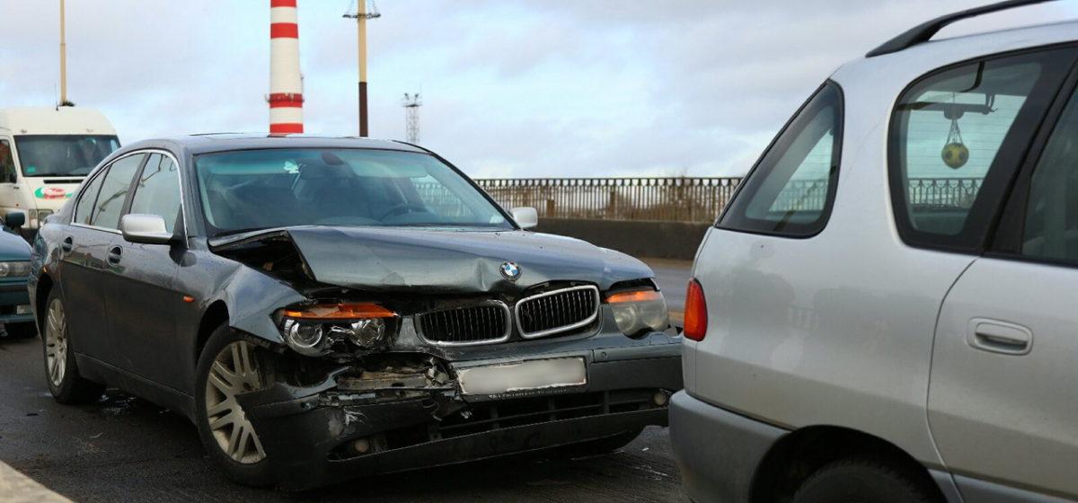 В Барановичах на мосту столкнулись BMW и Toyota