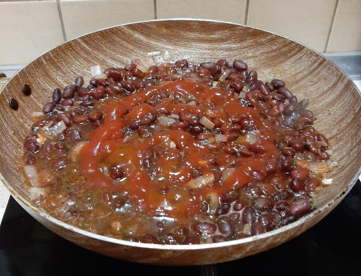 Добавляем к фасоли кетчуп, перемешиваем и немного обжариваем. Фото: Анна РОМАНОВА-КОЛОСОВСКАЯ