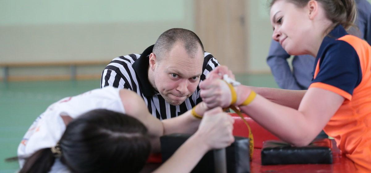 В Барановичах прошло первенство страны по армрестлингу. Как выступили наши атлеты?