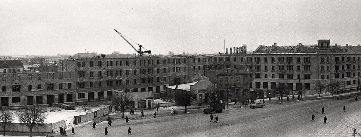 Строительство дома на площади, 1960 год.  Фото: 1871.by