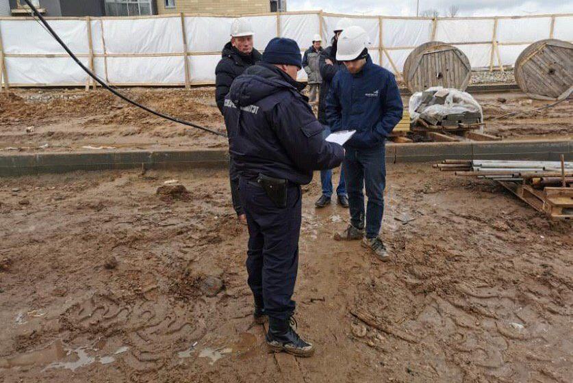 В Минском районе строитель сорвался с балкона пятого этажа и погиб