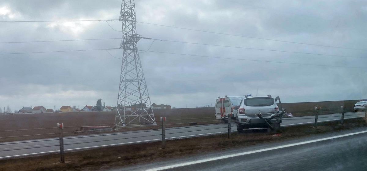 Микроавтобус – в кювете, «Рено» – на разделительном ограждении. ДТП на трассе М1 недалеко от Барановичей. Фотофакт